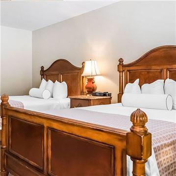 Guest Room - 2 Queen Harbor 1